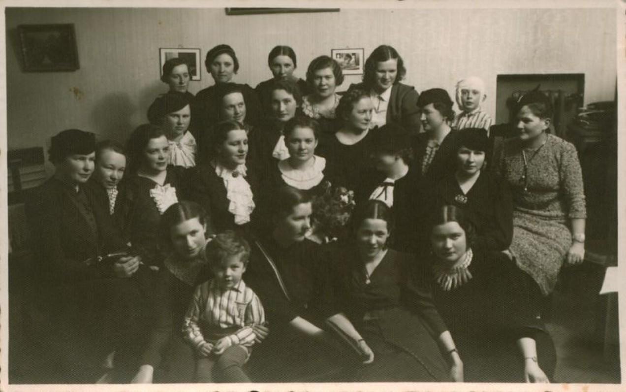 """Bronė Buivydaitė (antroje eilėje trečia iš dešinės) su draugėmis premijos už knygą """"Auksinis raktelis"""" gavimo proga svečiuose pas A. Ragaišienę. Kaunas, 1936 m."""