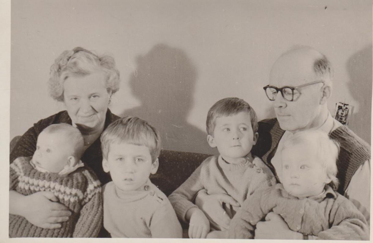 Danutė ir Vladimiras su anūkais – Roku Zubovu, Naručiu, Džiugu, Juru Palukaičiais. Kaunas, apie 1960 m.