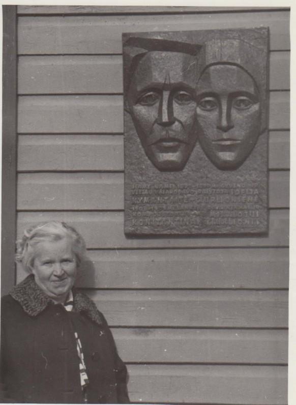 Danutė prie savo tėvų memorialinės lentos. Palanga, 1969 09 23