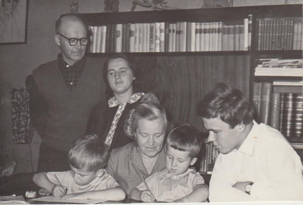 Danutė su vyru Vladimiru, dukra Dalia, sūnumi Vytautu ir anūkais. Kaunas, apie 1965 m.
