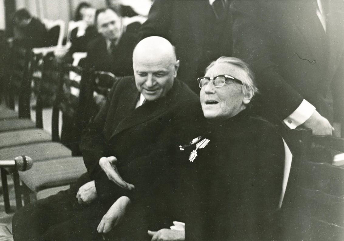 Du pasakoriai – I. Simonaitytė ir J. Baltušis per rašytojos 80-metį.