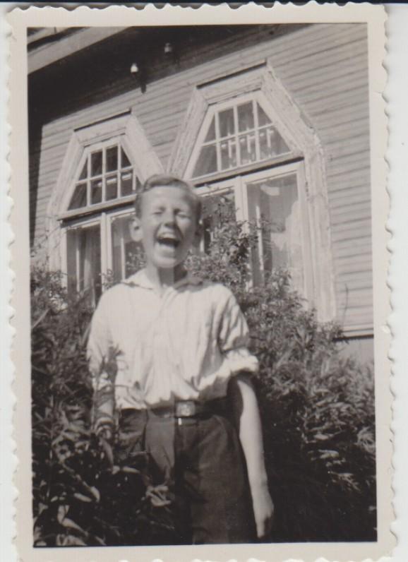 Džiaugsmo akimirka. Prie savo tėvų namų Kaune, Rūtų gatvėje 3. Apie 1934 m.