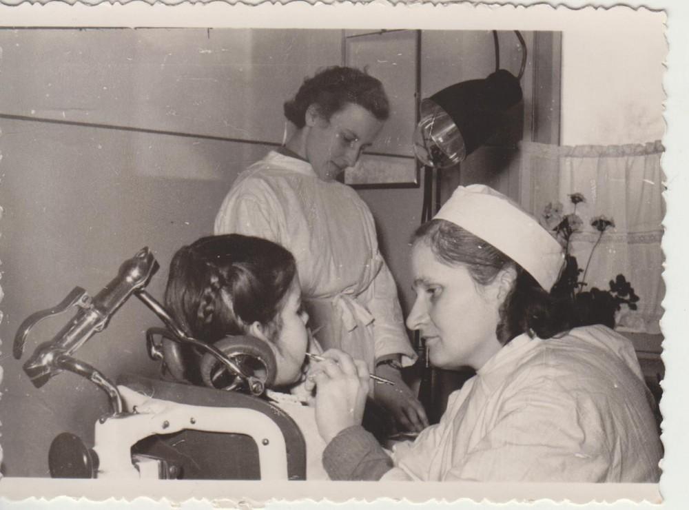 Elena Spurgaitė – dantų gydytoja Kazlų Rūdos vidurinėje mokykloje. Apie 1965 m.