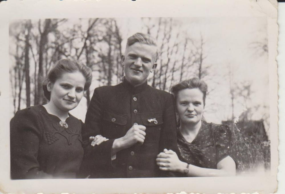 Elena Spurgaitė (kairėje) su broliu Vytautu ir seserimi Antanina. Valakbūdis. Apie 1943 m.