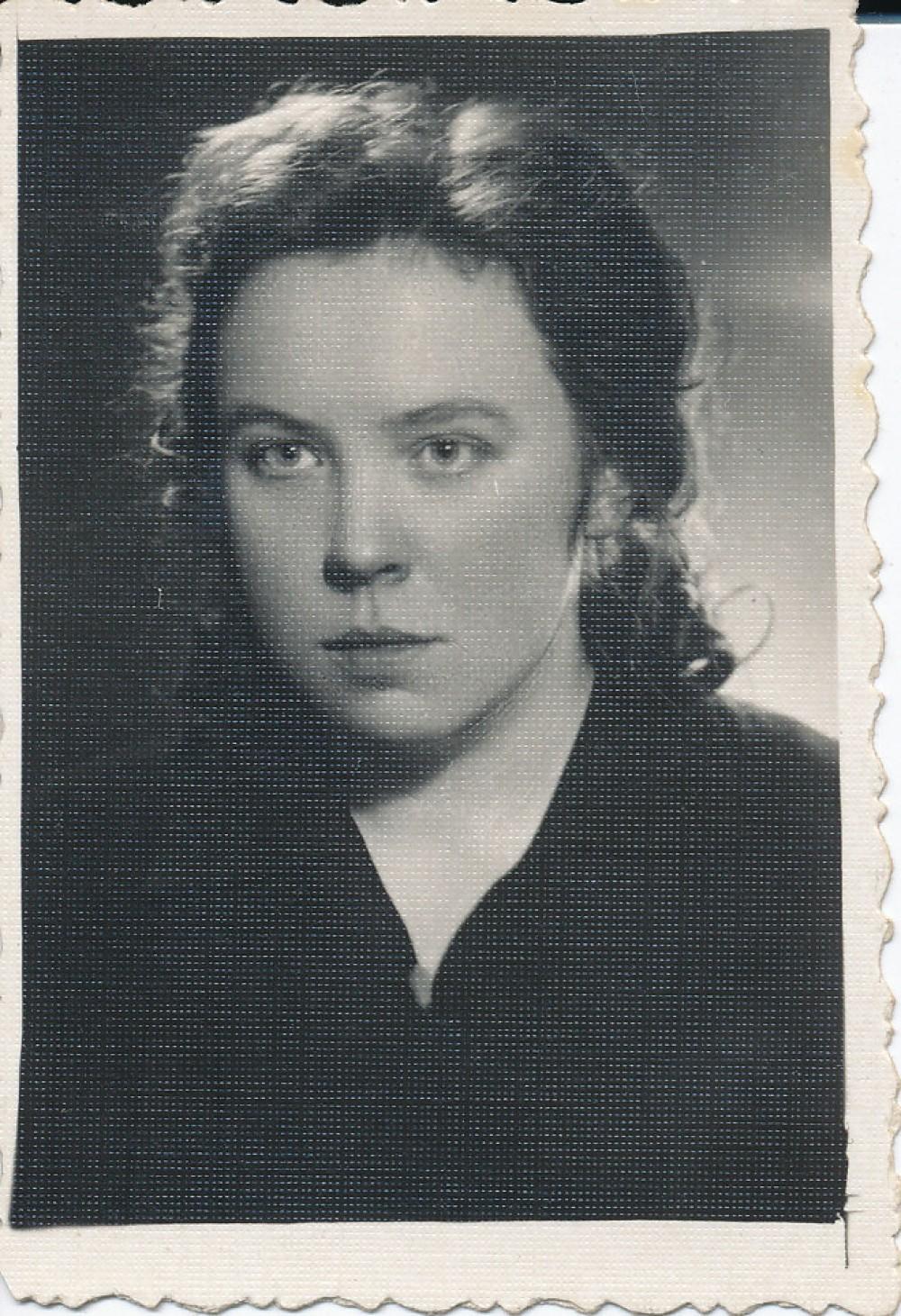 """Fotografija, dovanota draugei. Antroje fotografijos pusėje J. Degutytė mėlynu rašalu užrašiusi – """"Anarsijai – Nina 1955. VI. 21."""""""