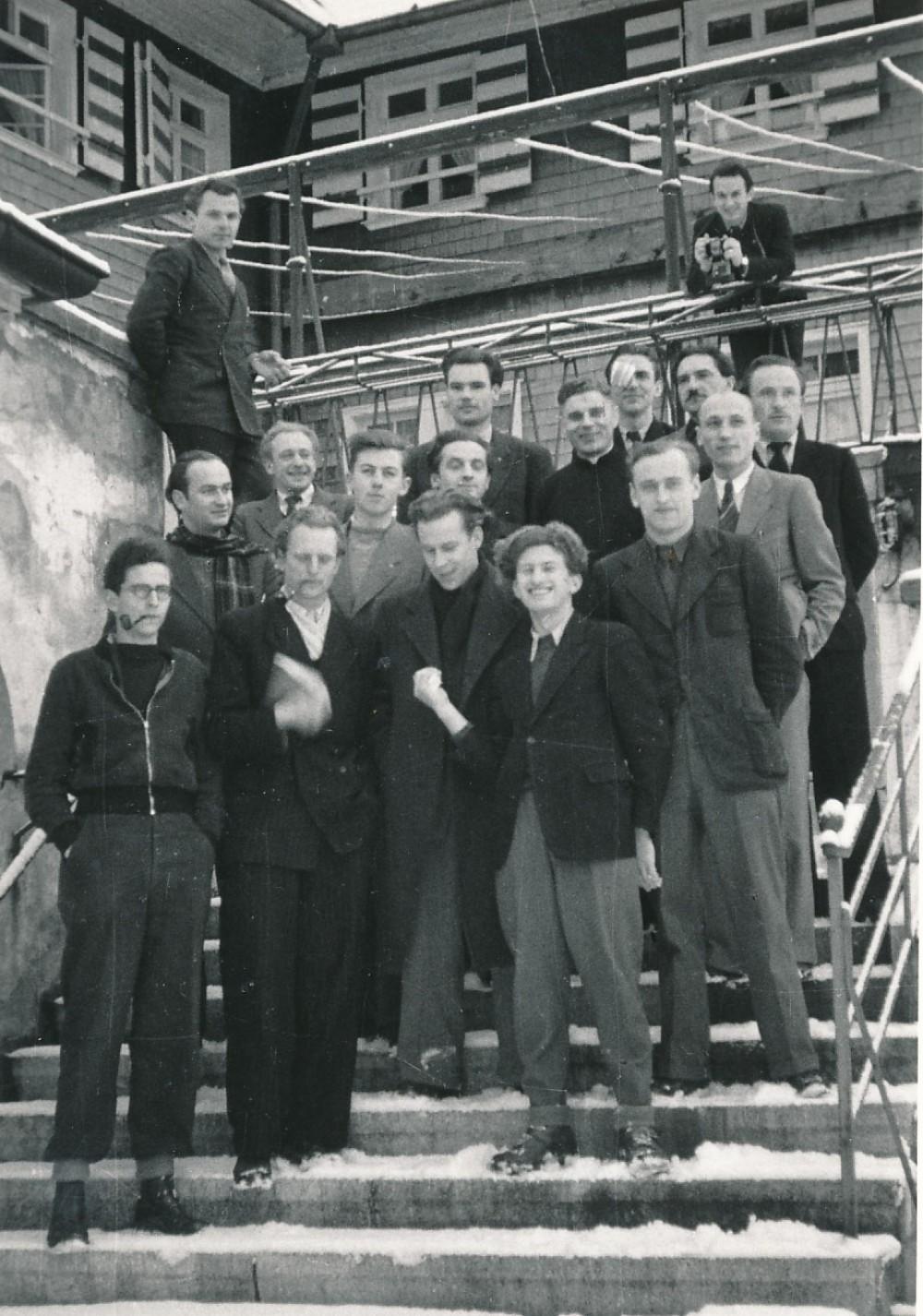 Freiburgo Meno ir amatų mokyklos studentai. J. Kaupas – I-oje eilėje antras iš kairės. Lindenberg, 1949 m.