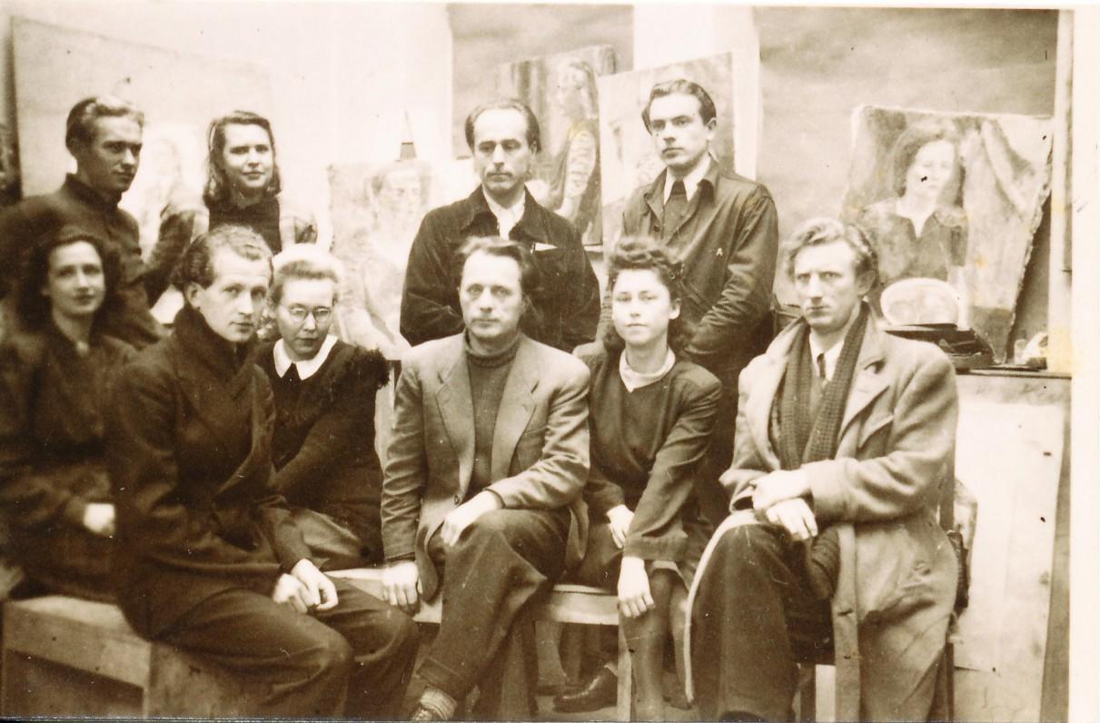 Freiburgo Meno ir amatų mokyklos tapybos studija. 1948 m. antroje eilėje pirma iš kairės – A. Veščiūnaitė