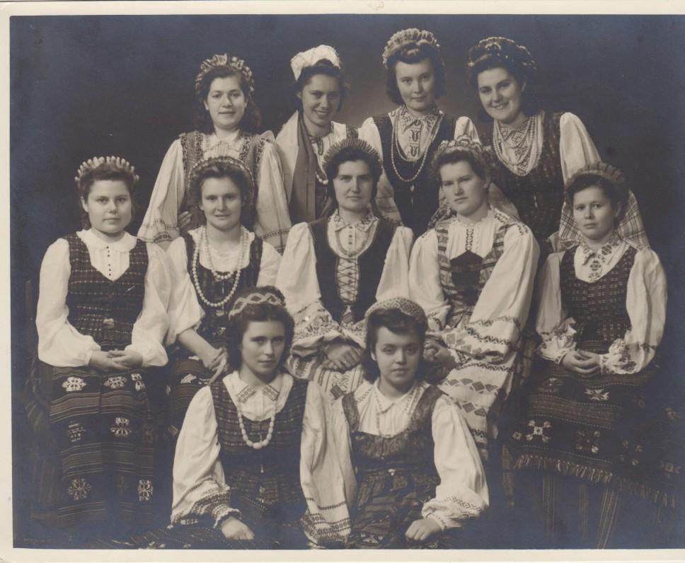 """G. Tulauskaitė (sėdi centre) su buvusiomis """"Aušros"""" gimnazijos auklėtinėmis po ketverių metų. Kaunas. 1943 09 01"""