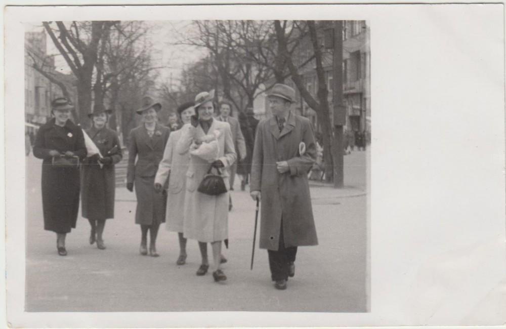 G. Tulauskaitė su B. Brazdžioniu Laisvės alėjoje. Kaunas. 1940 05 03
