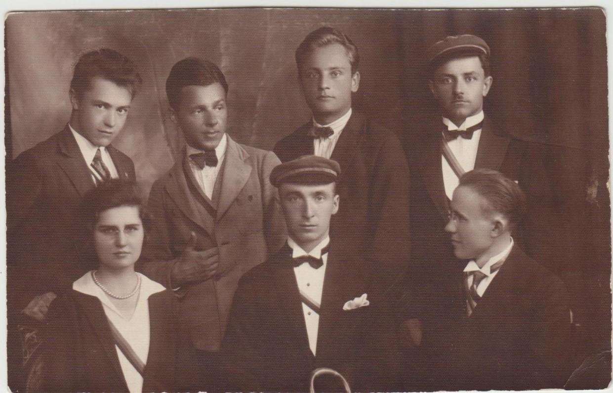 """G. Tulauskaitė tarp """"šatrijiečių"""". Iš kairės stovi –B. Babrauskas, P. Andriušis. Kaunas. Apie 1929 m."""