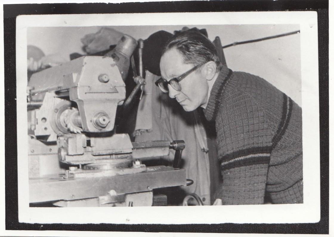 Gediminas Jokimaitis savo darbovietėje – Fizikos institute. Mėgdavęs save vadinti poetu-frezuotoju. Apie 1970 m.