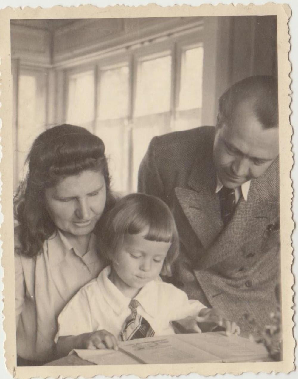 Gražina, Benys ir Vytenis Babrauskai Veingartene 1948 m.