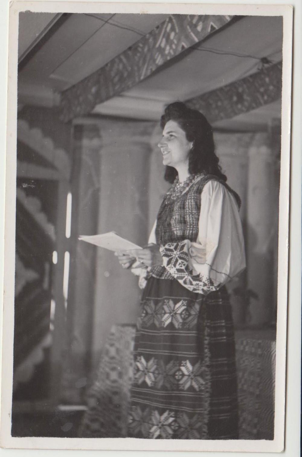 Gražina Tulauskaitė skaito savo kūrybą. Vokietija. 1948 m.