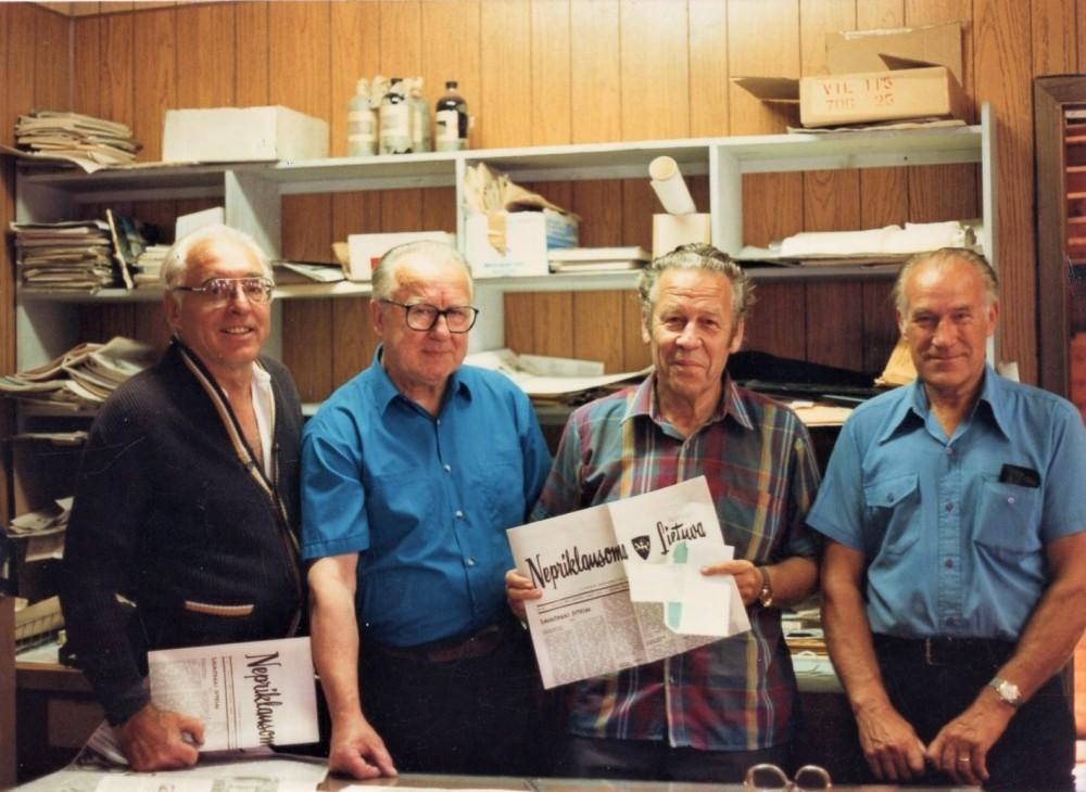 """H. Nagys (antras iš dešinės) su laikraščio """"Nepriklausoma Lietuva"""" redkolegijos nariais"""