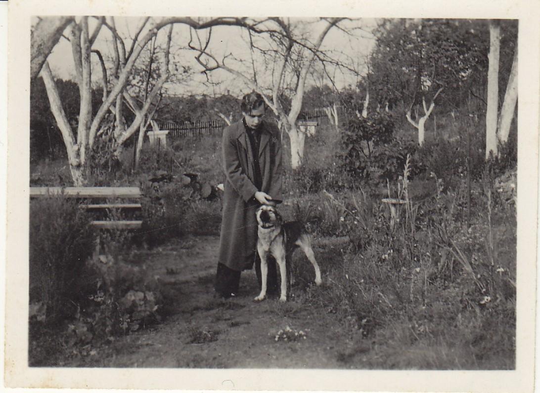 H. Nagys su šuniu Filiu. Naujoji Vilnia, 1939 m.