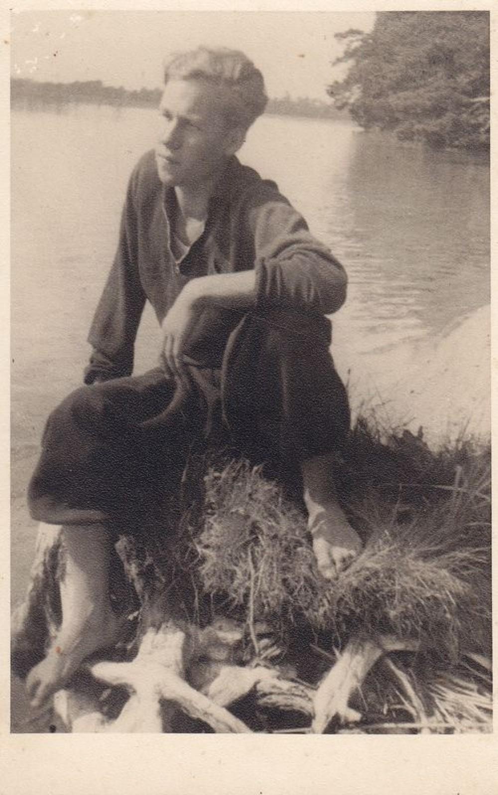 Henrikas Nagys prie Alaušo ežero. 1939 m.
