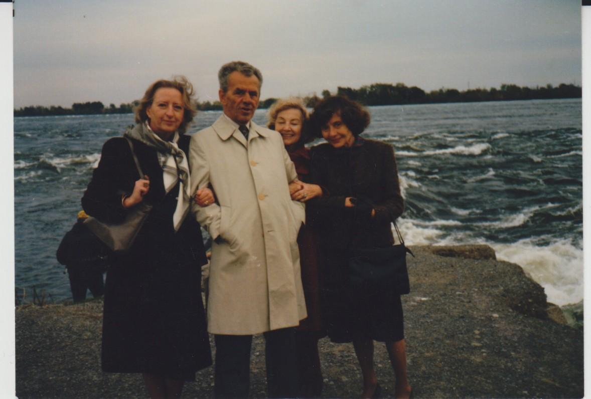 I. Gražytė-Maziliauskienė, V. A. Jonynas, B. Nagienė ir Monika Jonynienė Montrealyje, prie Lauryno upės. Apie 1980 m.