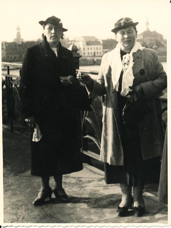 I. Simonaitytė (kairėje) su bičiule E. Jankute ant tilto per Tilžę Lietuvos pusėje. Apie 1936 m.