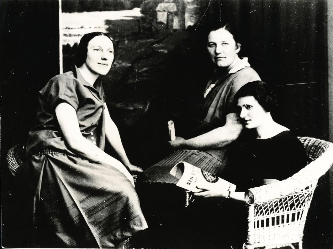 I. Simonaitytė (kairėje) su draugėmis. Apie 1927 m.