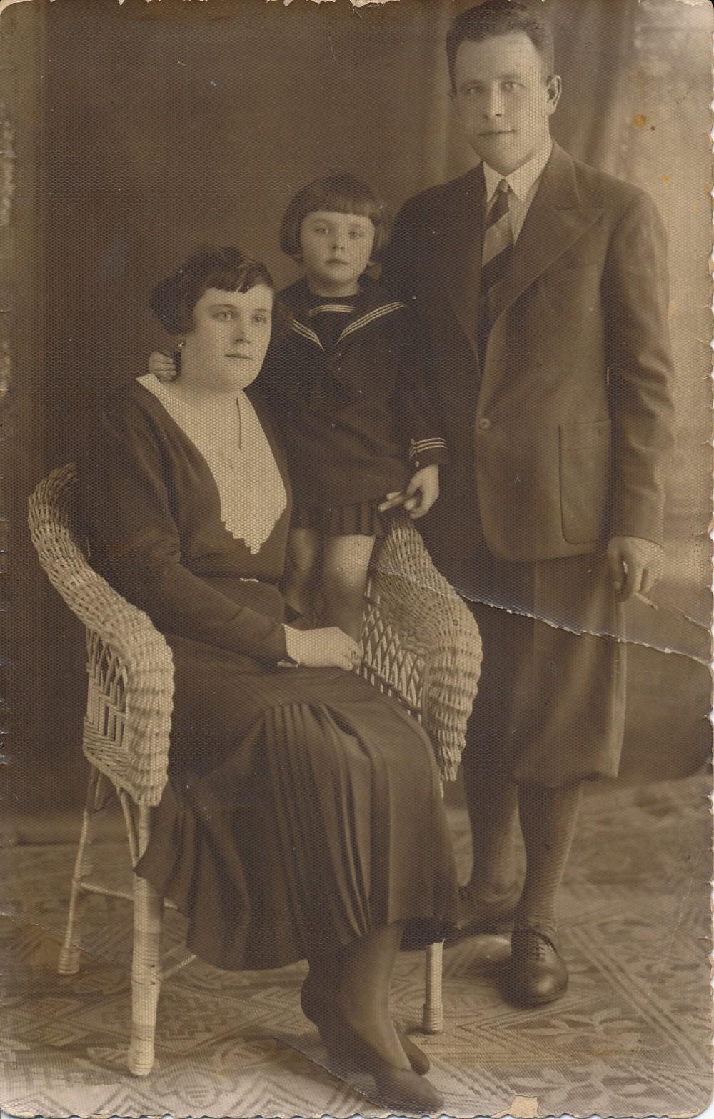 Idiliška šeimyna. Motina Janina Bedarfaitė-Degutienė, tėvas Stasys Degutis su dukrele Janina. Kaunas, apie 1931 m.