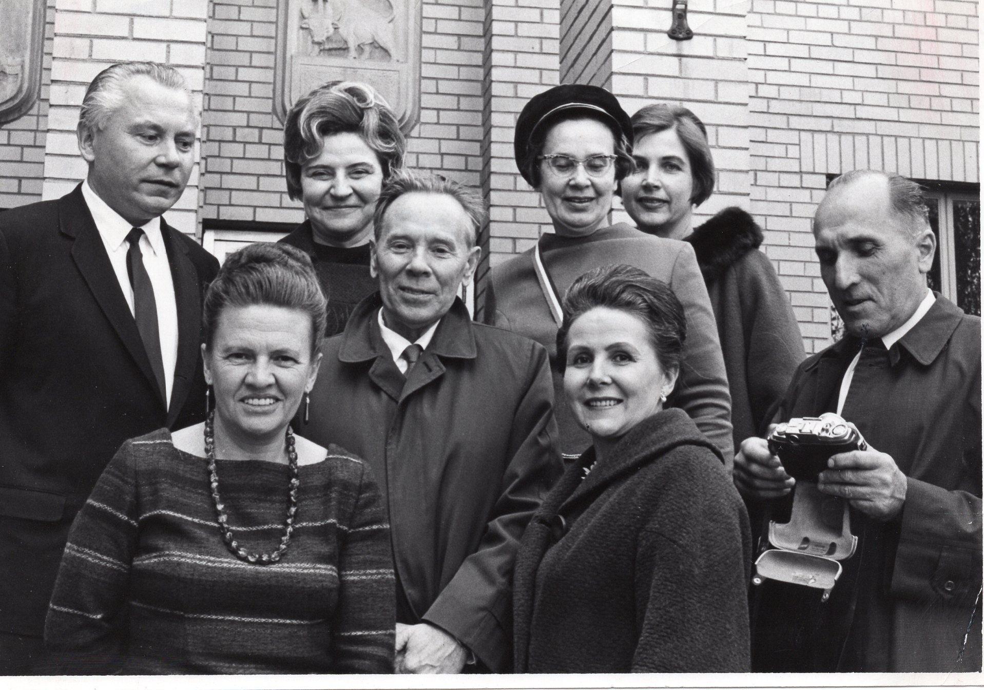 """""""Šatrijos"""" draugijos nariai, po Jonui Aisčiui (centre) skirto kūrybos vakaro Čikagoje. K. Bradūnienė ir J. Švabaitė. Antroje eilėje – K. Bradūnas, A. Grincevičienė, D. Lipčiūtė-Augienė, nežin. asmuo, Č. Grincevičius"""