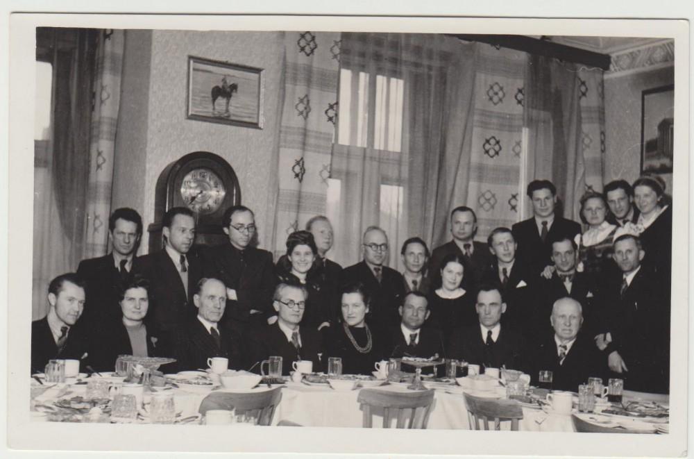 Iš kairės sėdi – B. Babrauskas, G. Tulauskaitė-Babrauskienė, …, V. Mykolaitis-Putinas; stovi – antras P. Andriušis, trečias B. Brazdžionis. 1944 04 11