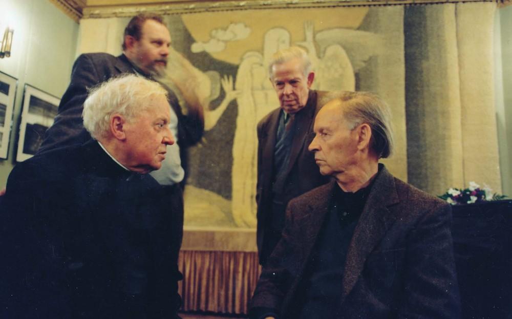 Iš kairės sėdi monsinjoras K.Vasiliauskas, A. Nyka-Niliūnas. Iš kairės stovi K. Almenas ir S. Čipkus. Vilnius. 1998 m.