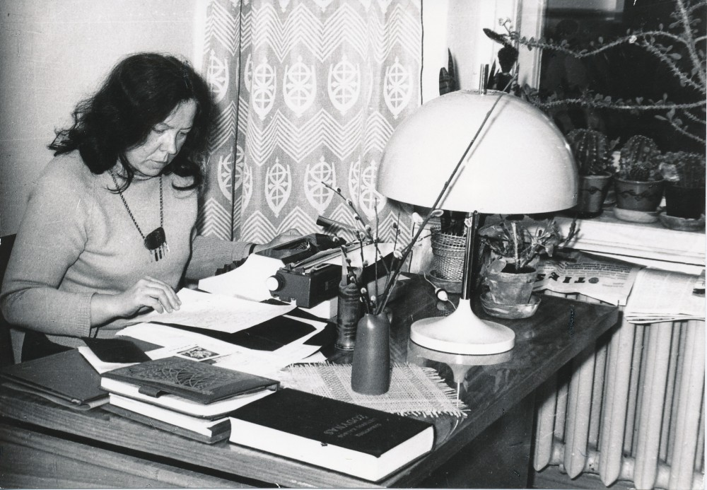 J. Degutytė prie rašomojo stalo Vilniuje 1973 m. Fotografė O. Pajedaitė