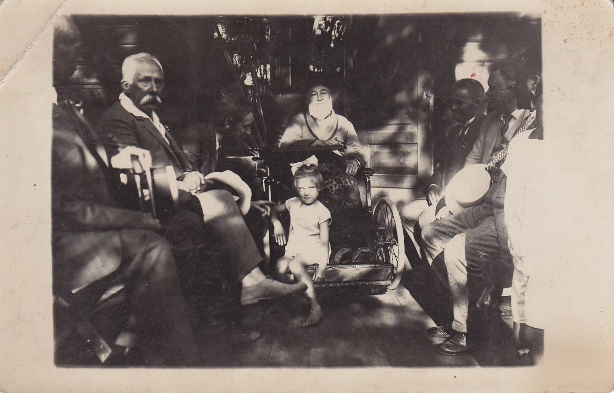 J. Jablonskis (sėdi vežimėlyje) su draugais Palangoje, 1927 m. Nuotrauka Norbas Gaulia