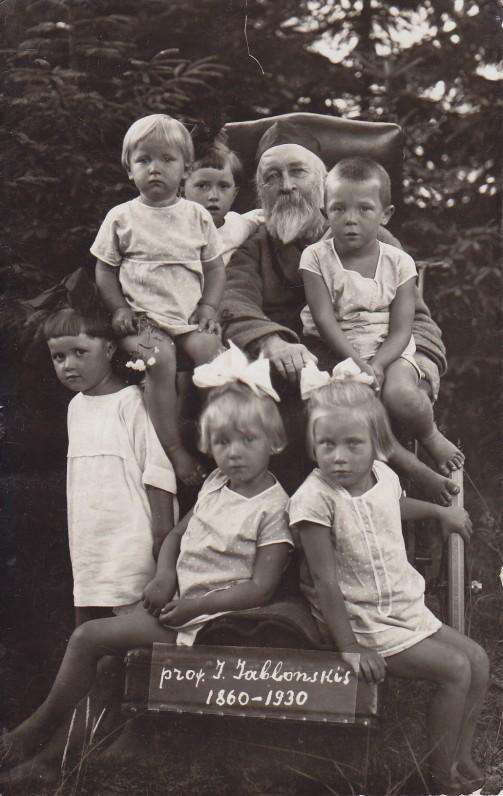 J. Jablonskis su vaikaičiais Palangoje apie 1927 m.