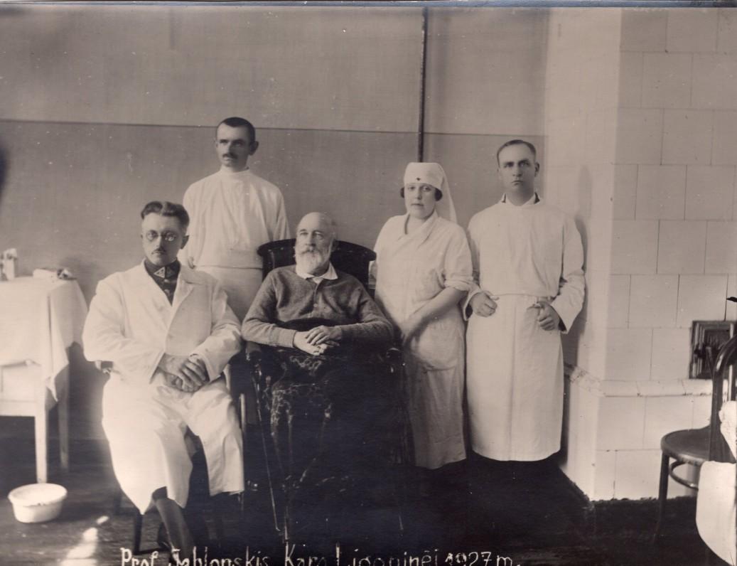 J. Jablonskis (vežimėlyje) su Kauno karo ligoninės gydytojais. 1927 m.