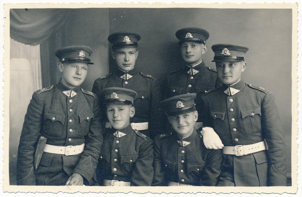 J. Kaupas tarp karo mokyklos moksleivių. Apie 1939 m.