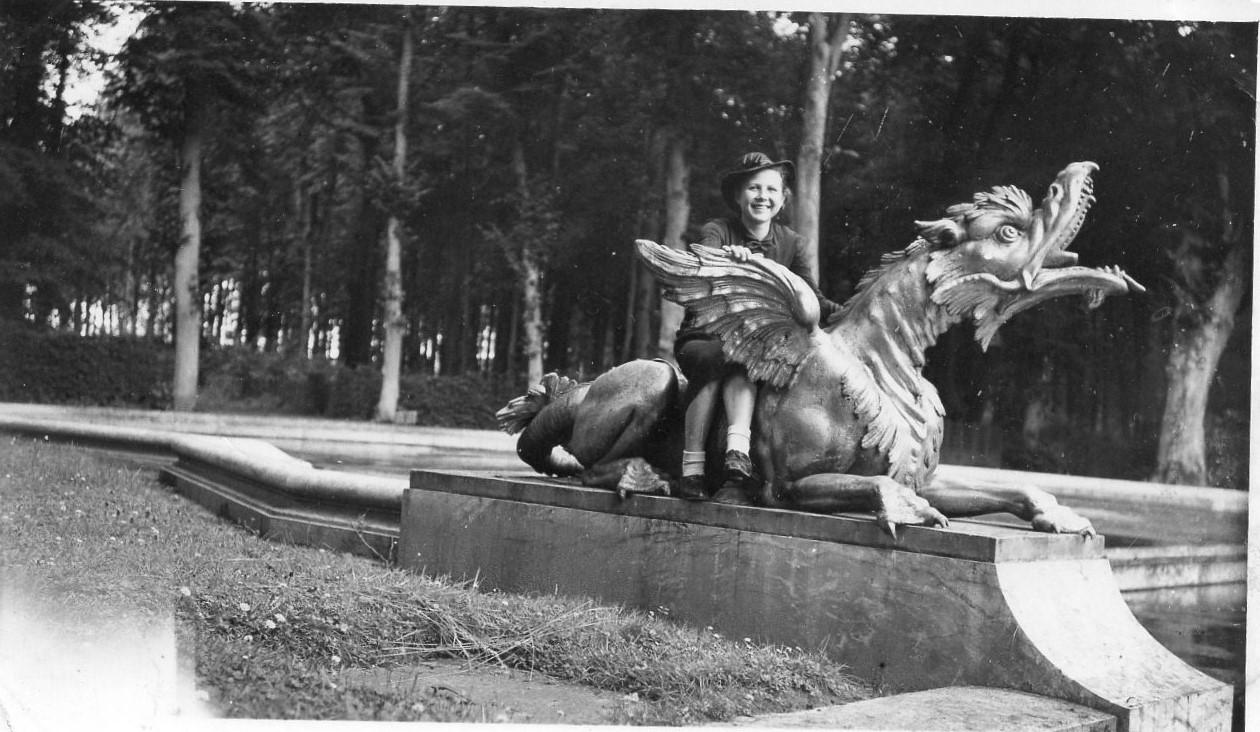 J. Švabaitė ant skulptūros Paryžiuje. 1939 m.