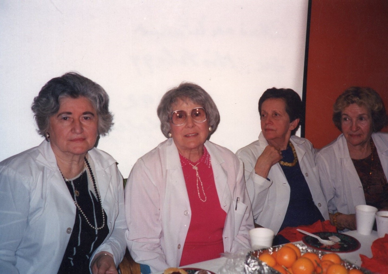 J. Švabaitė atsisveikinant su kolegėmis, histologijos departamento darbuotojomis. Čikaga, 1992 m.
