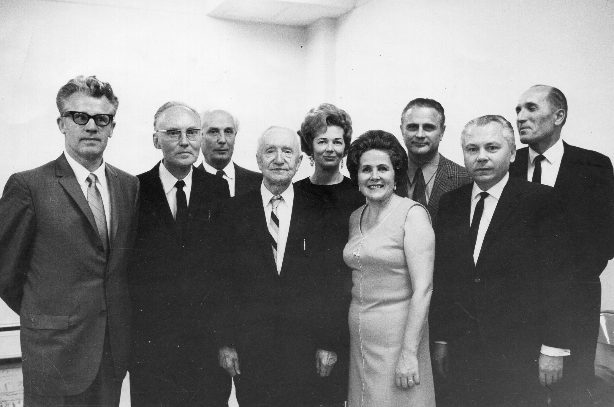 J. Švabaitė (pirmoje eilėje antra iš dešinės) su A. Kairiu, A. Tyruoliu, P. Gaučiu, M. Vaitkumi, D. Bindokiene, S. Džiugu, K. Bradūnu, Č. Grincevičiumi. JAV, apie 1970 m.