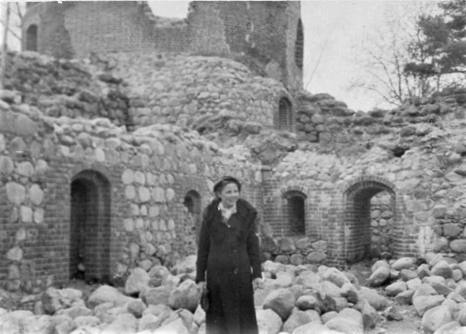 J. Švabaitė prie Trakų pilies griuvėsių. 1939 04 14