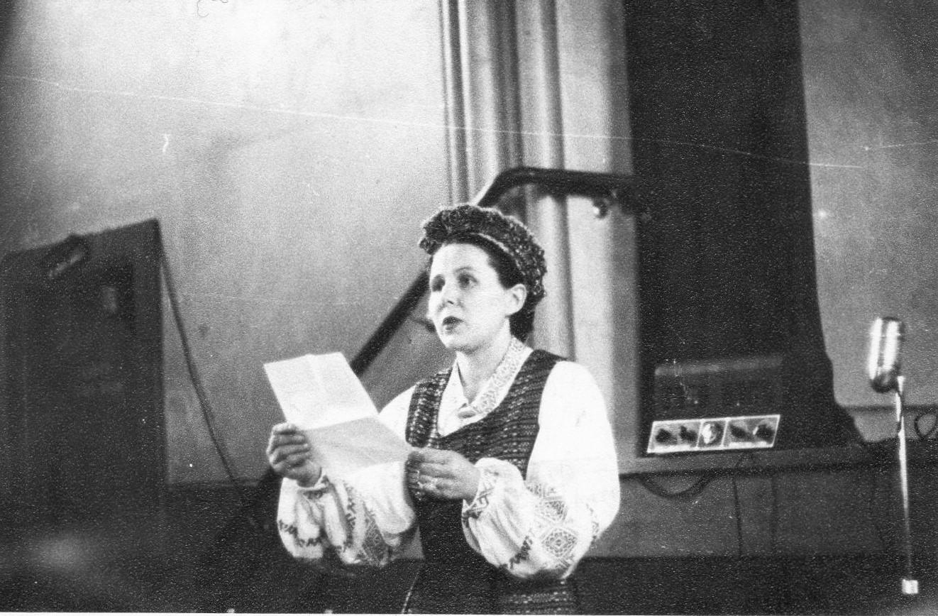 J. Švabaitė skaito poeziją. Melburnas, apie 1955 m.