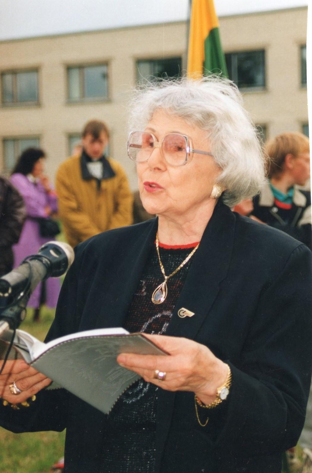 J. Švabaitė skaito savo poeziją. Gerždžiūnai, 1996 06 14