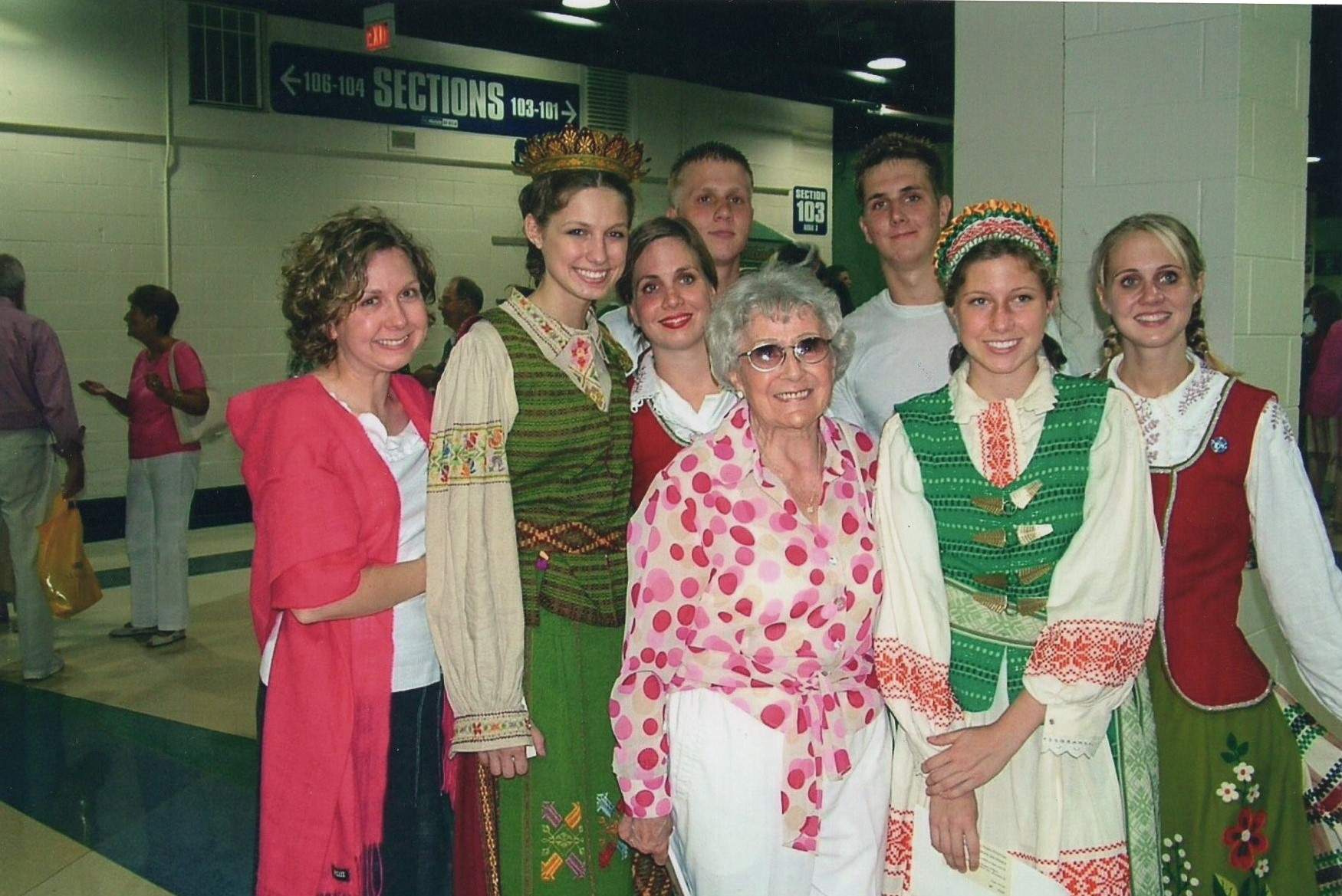 J. Švabaitė su anūkais šokių šventėje. Čikaga, 2004 m.