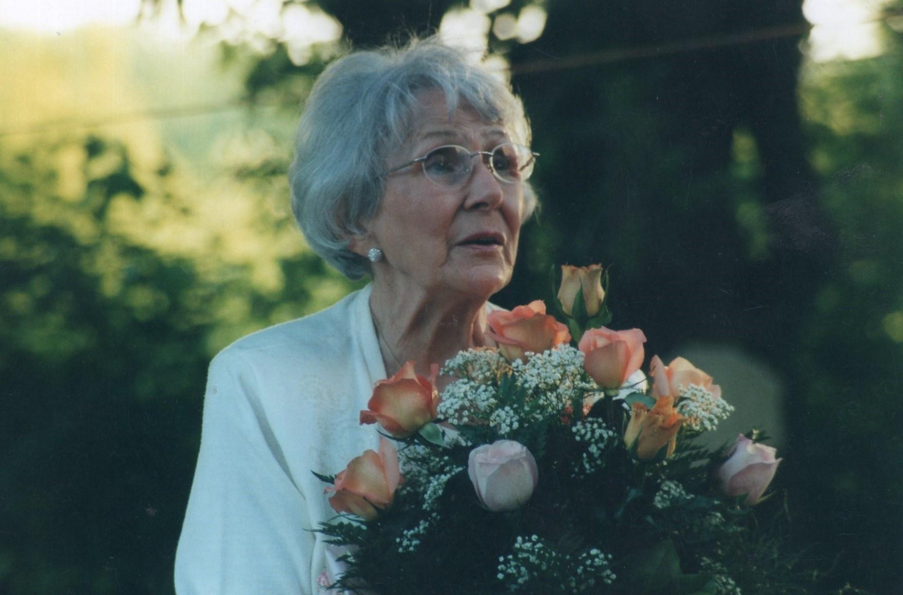 J. Švabaitė su gėlėmis. Čikaga, 2001 m.
