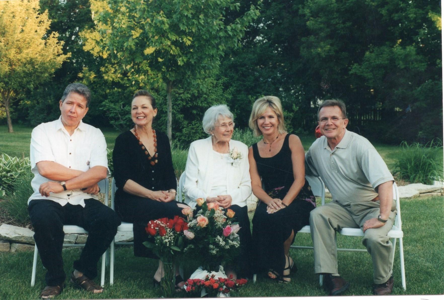 J. Švabaitė su savo vaikais. Čikaga, 2001 m.