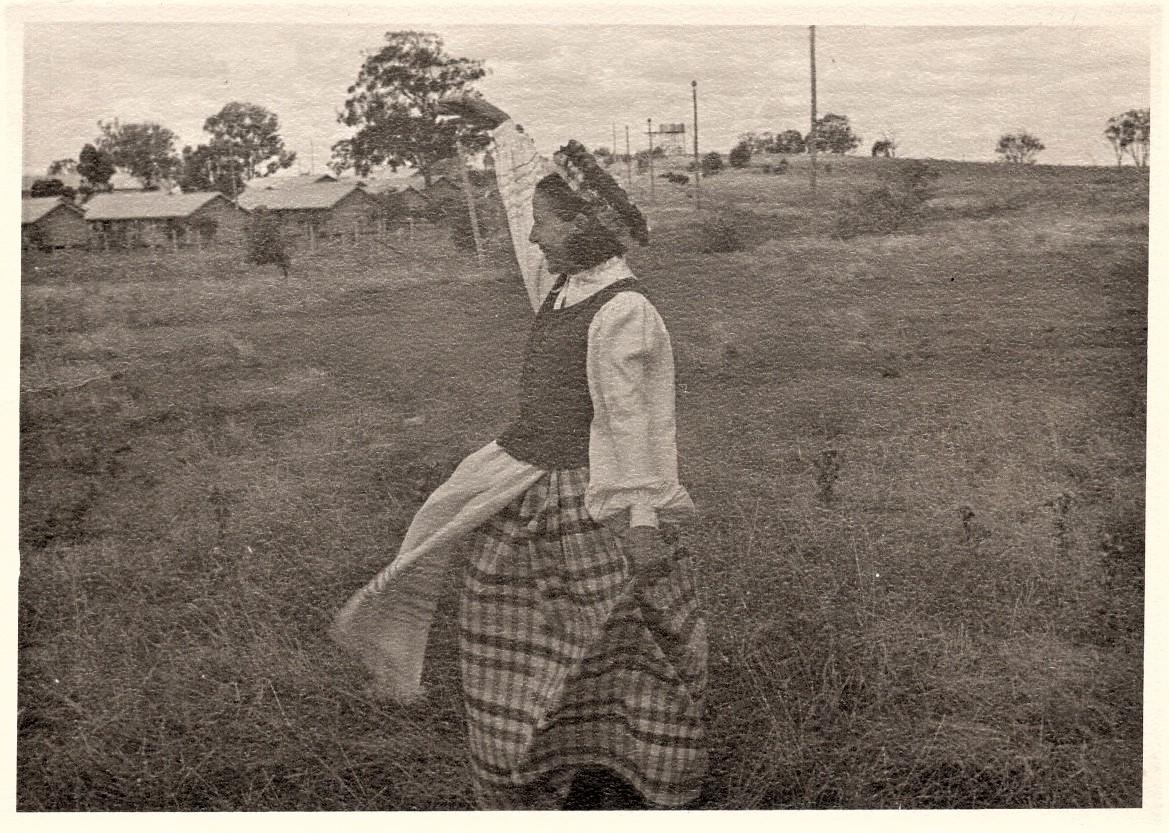 J. Švabaitė su tautiniais drabužiais. Australija, apie 1950 m.