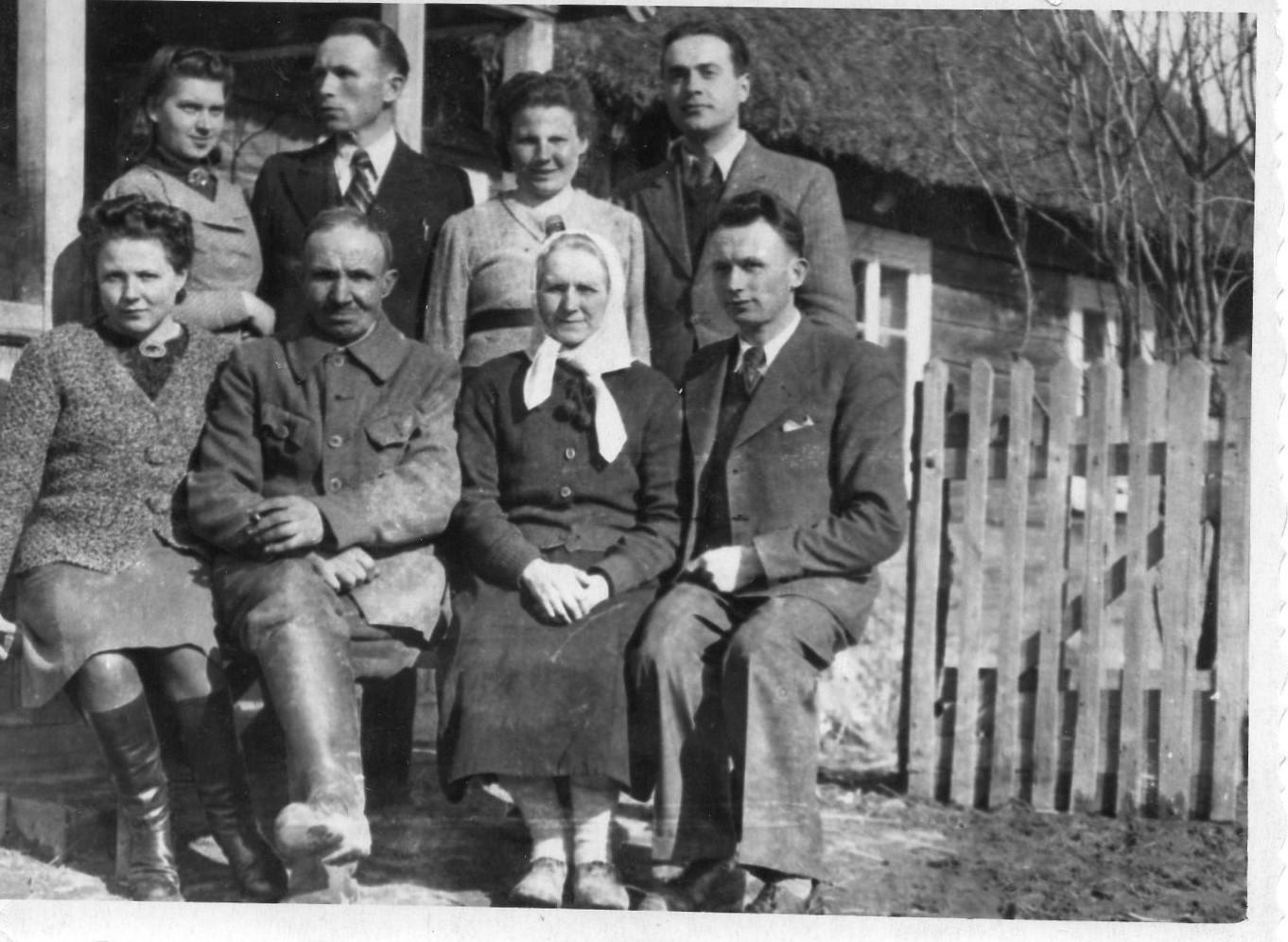 J. Švabaitė su tėvų šeima tėviškėje. 1942 m. Velykos