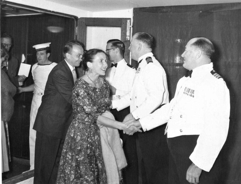 J. Švabaitė su vyru Jurgiu ir laivo įgula. Pakeliui į Ameriką, 1960 m.
