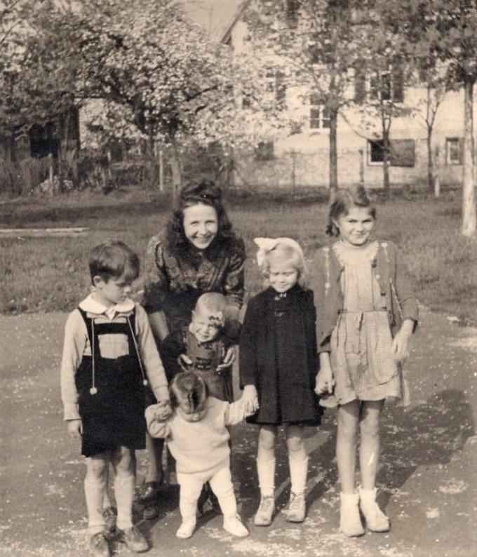 J. Švabaitė vaikų būry. Dukra Aušra – antra iš kairės, sūnus Linas – mamos rankose. Vokietija, 1948 m.