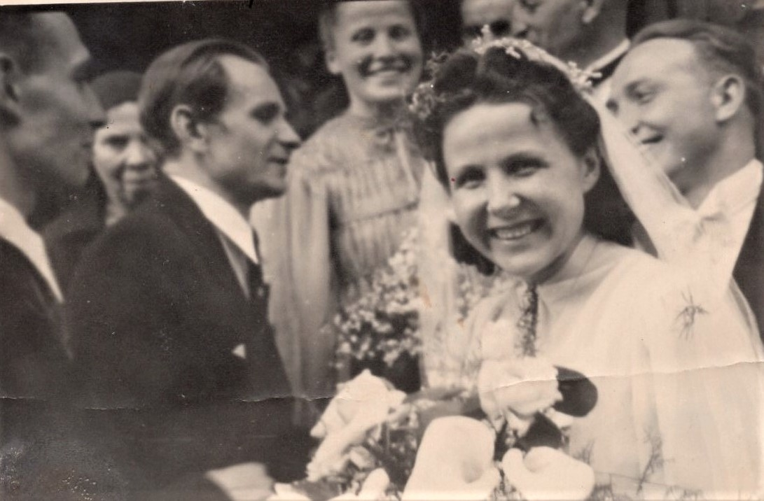J. Švabaitės vestuvės. Antras iš kairės – kompoz. A. Mikulskis. Vilnius, 1944 05 20