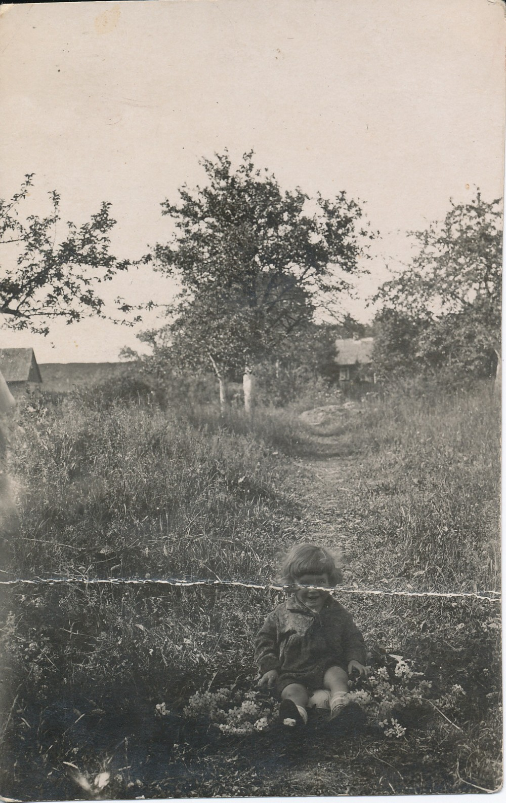 Janina (Ninia) vaikystės sode. Kaunas, 1930 m.