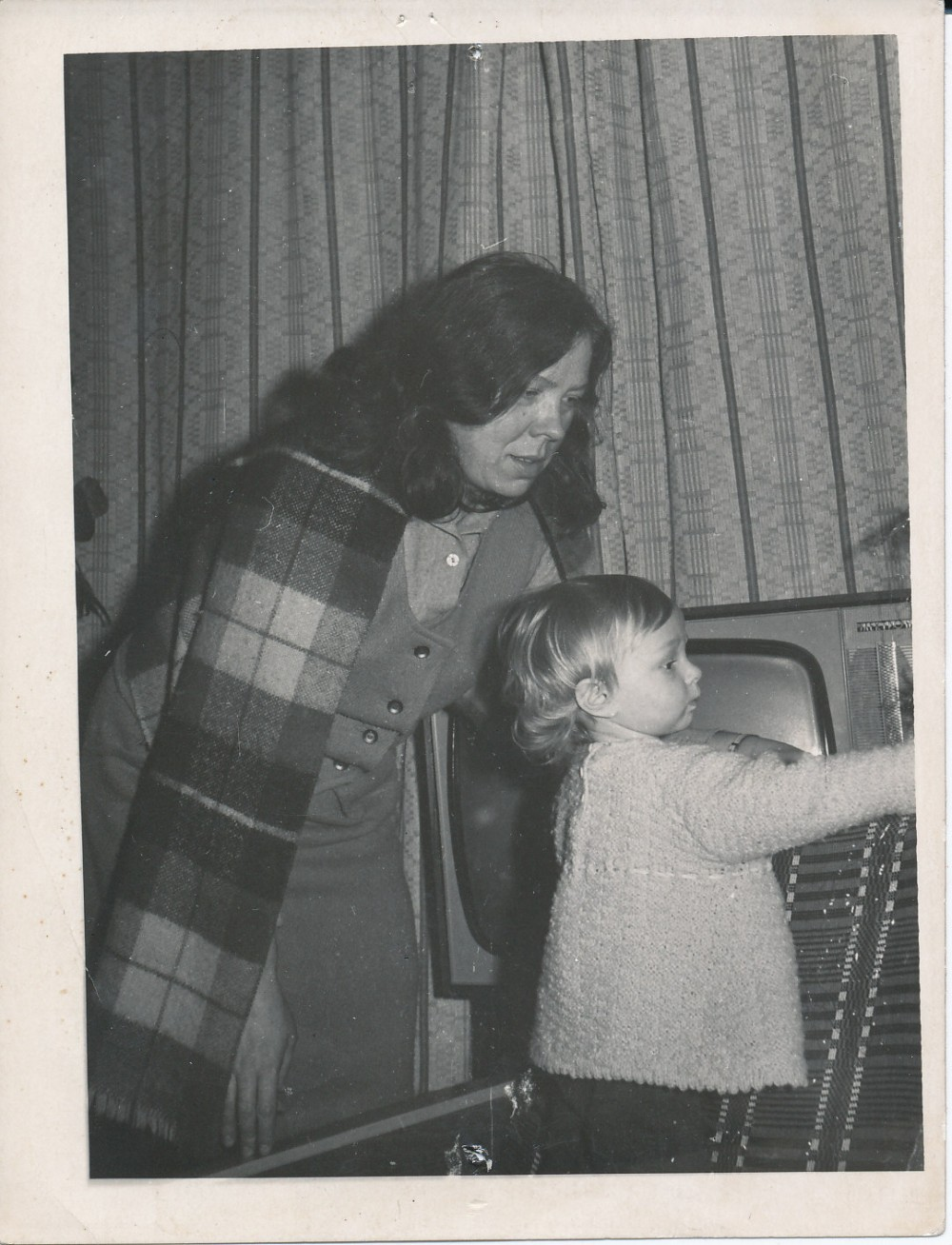 """Janina su pusseserės Lilijanos dukrele Rūta. Antroje fotografijos pusėje poetė užrašiusi """"Su savo mylimiausia Rūtele, """"širdies anūke""""… 1973"""""""