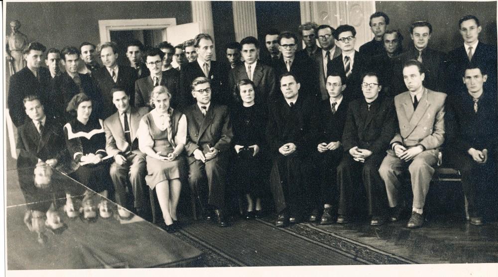 Jaunųjų rašytojų seminaras Vilniuje 1959 m. Sėdi iš dešinės pirmas – J. Šimkus, antras – J. Mikelinskas, ketvirtas – A. Baltrūnas.