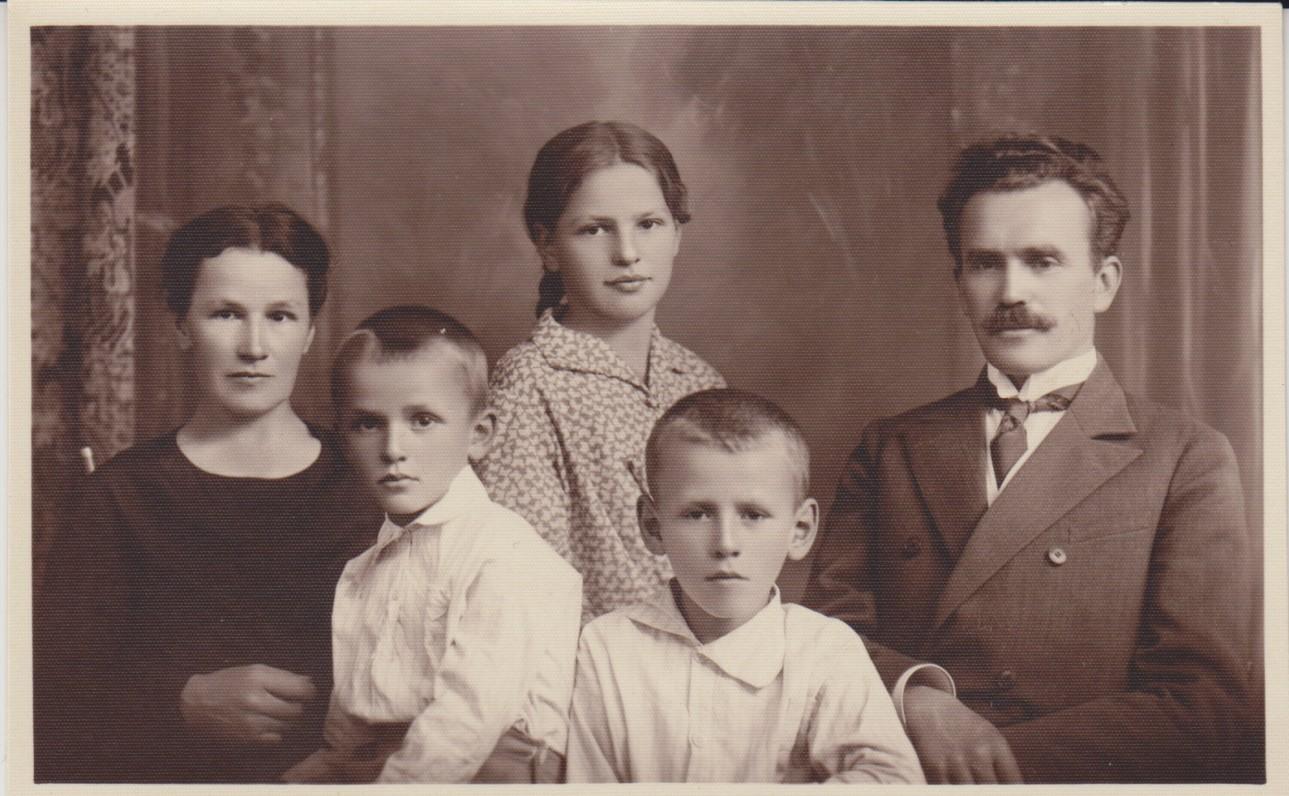 Jelena ir Ignas Jonynai su vaikais Vytautu (dešinėje), Kęstučiu ir Birute. Kaunas. 1929 m. Nuotrauka B. Savsenavičiaus